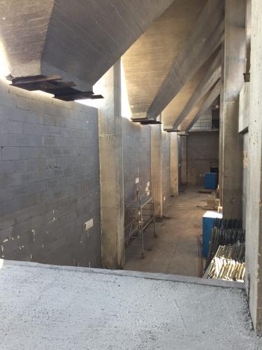 Ukážka pohľadu na mohutné betónové zásobníky na uhlie počas rekonštrukcie bývalej teplárne v Prievidzi.